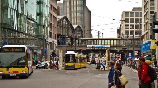 Frecichstraße Bahnhof, notera DM 150 m-skylten till höger, vid de blå flaggorn